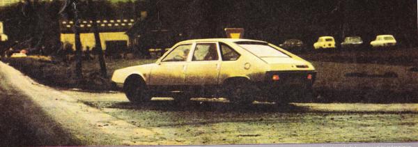 Ce prototype de la grande Renault a été surpris en janvier 1975 par l'Action Automobile... et l'avait été bien plus tôt par d'autres magazines. A trois mois du lancement, la mécanique continue de subir des tests avec cette carrosserie qui n'a pas été retenue, en dépit (ou à cause) de ses lignes innovantes: hayon type Renault 15/17, boucliers, poignées façon Renault 5, pli de tôle en partie basse. ainsi gréé, le modèle aurait peut-être marqué davantage son époque.